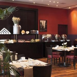 Un petit déjeuner sous forme de buffet est servi chaque matin en chambre ou en salle. Il bon,très varié et complet avec de nombreux produits frais.  Prix- à partir de 230 euros  Adresse- 4 rue de Valois, 75001 Paris 3